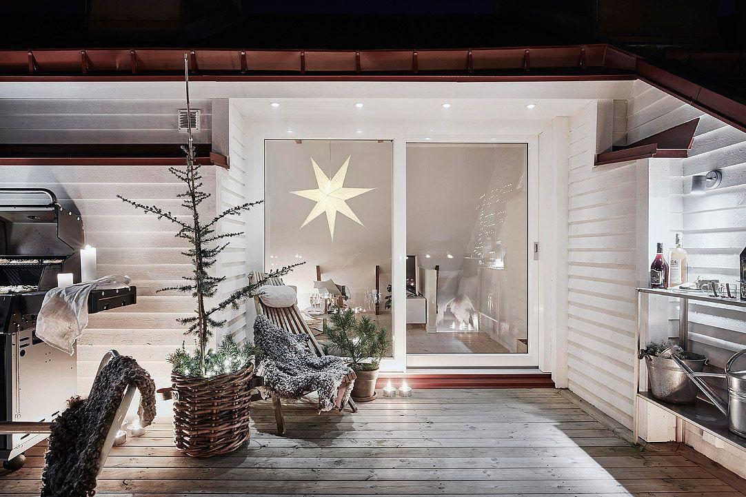 Ce logement au style scandinave a un formidable atout, un magnifique toit  terrasse de 18 m² autour duquel se concentre toute la décoration de Noël.