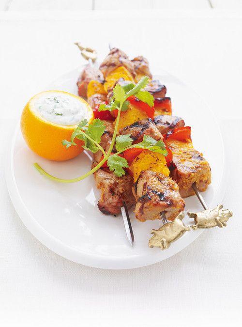 Brochettes de porc et d'orange, sauce au yogourt à la coriandre