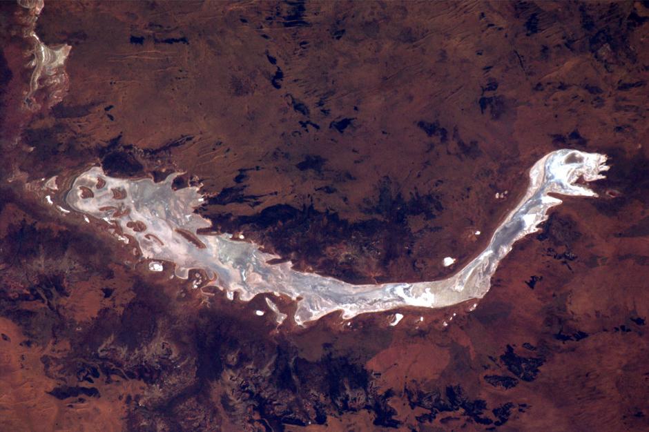 1 juli keert Neerlands trots, astronaut André Kuipers, na zes maanden in de ruimte terug op aarde. Nog een maand de tijd dus om ons te verblijden met schitterende foto's van onze planeet. Vorige week schoot hij deze foto van wat lijkt een zilveren, Chinese draak. Wat het echt is? Lake Rason in Australië