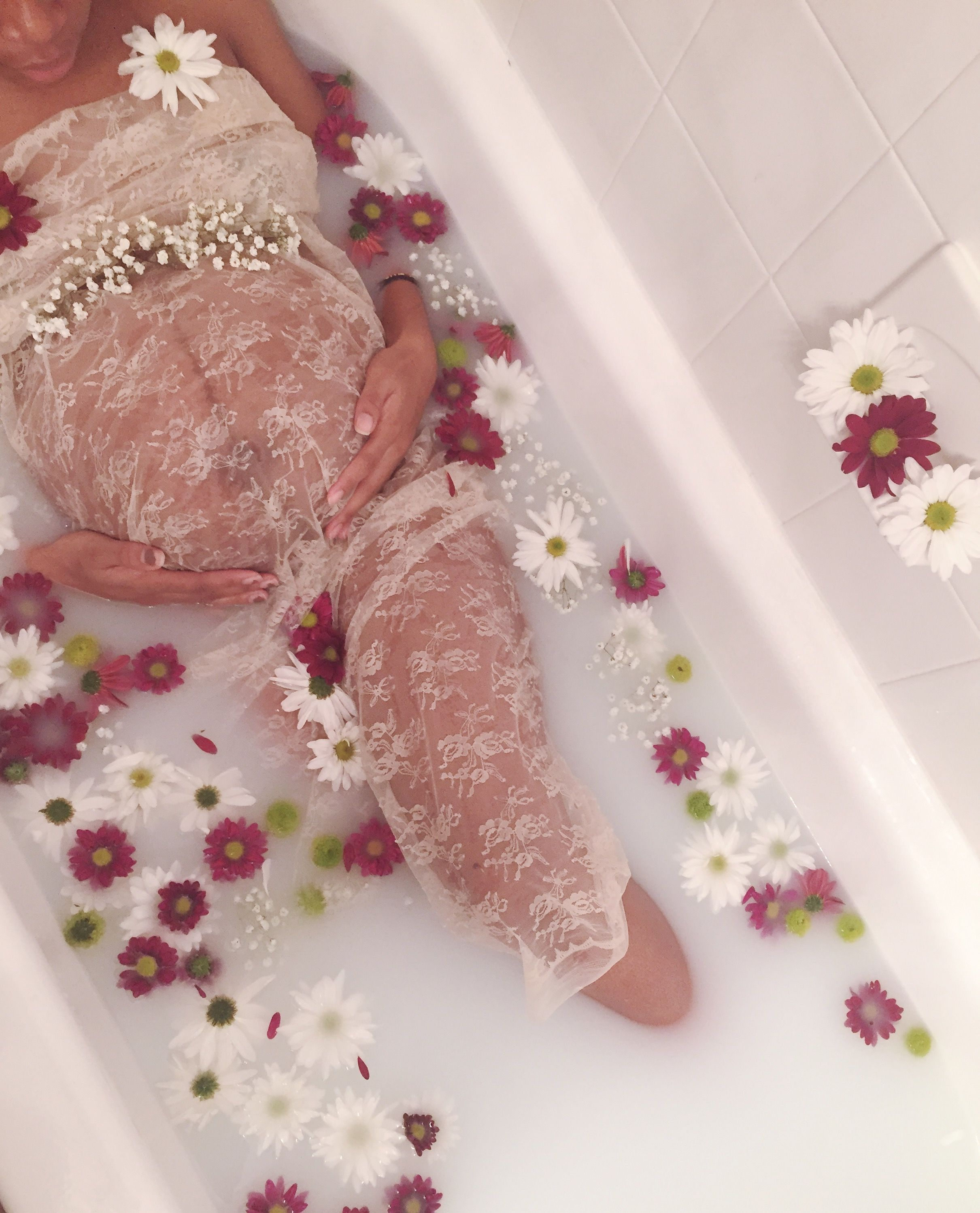 DIY milk bath maternity shoot! So surprisingly easy and fun....just fill up the tub with hot water, add powdered non-dairy coffee creamer, and finish off with real flowers from your local grocery store! (Fake flowers don't float) Mama pictured bought approx. 5 ft of lace and tulle fabric to cover herself up. #maternityshoot #maternityphotography #milkbath #fallmilkbath DIY milk bath maternity shoot! So surprisingly easy and fun....just fill up the tub with hot water, add powdered non-dairy coffe #fallmilkbath