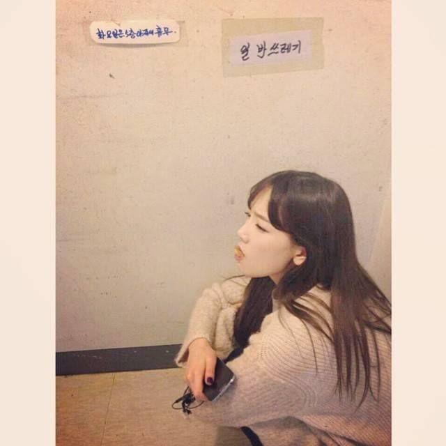 010414 Taeyeon's IG updates : 알쓰가일쓰앞에서✌️