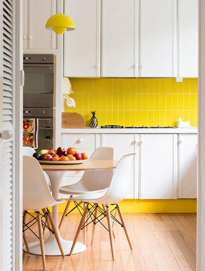 Cocina con zócalo amarillo #decoración #eameschair | mi casa ...