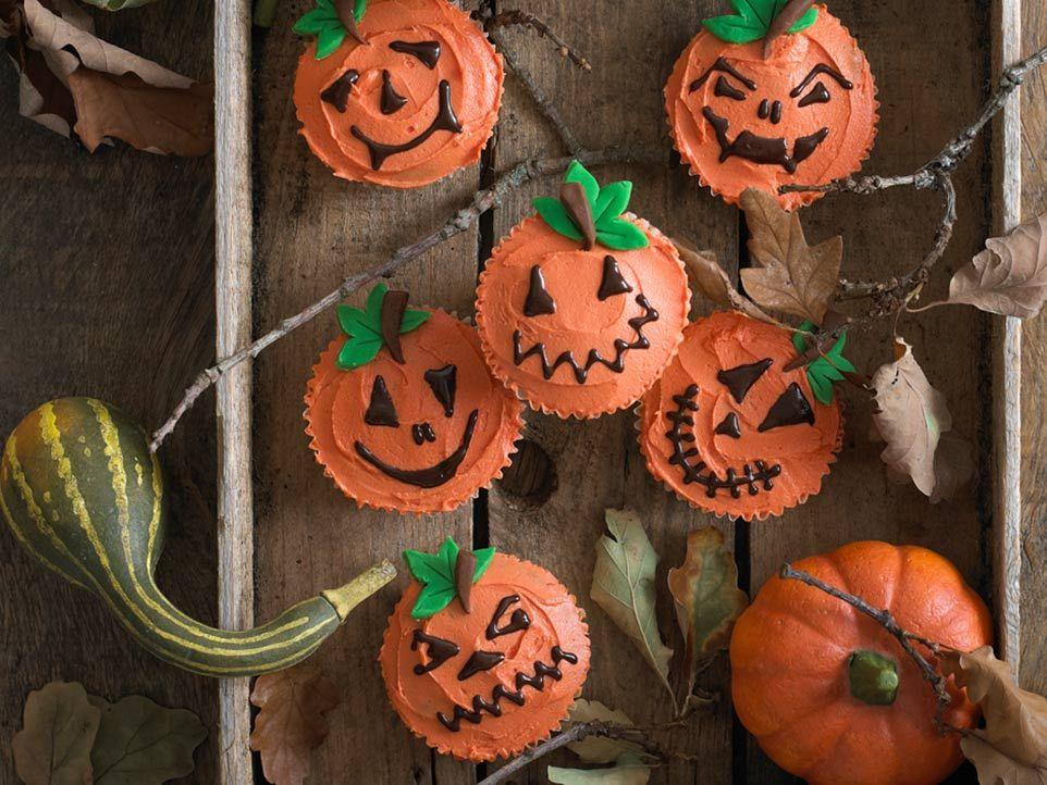 decorating pumpkin cupcakes for halloween