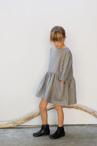 Fin fin kjole - sådan et mønster må jeg finde og forsøge mig med. Kan næsten se pigerne for mig, løbe rundt i dem til sommer.