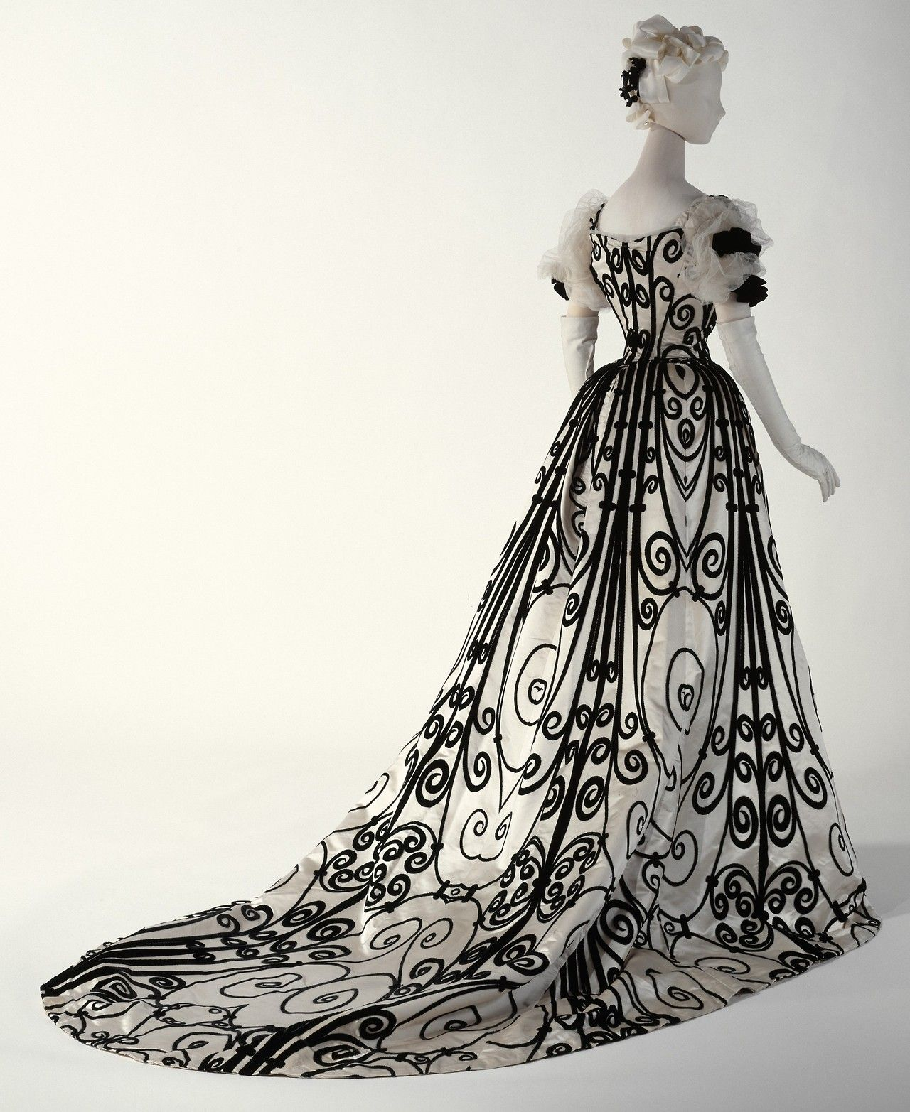 Evening Dress House Of Worth 1898 1900 The Superb Example Of Dressmaking Shown Here Reflects The Ae Historical Dresses Victorian Fashion Vintage Outfits