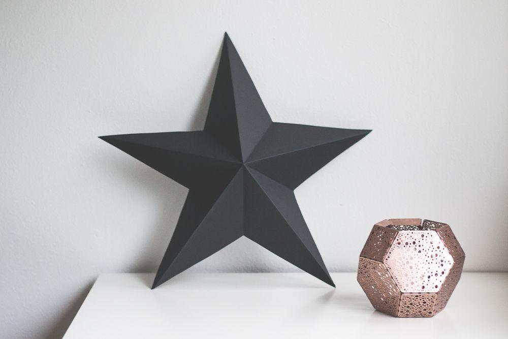Viime vuonna tein pienempiä mustia paperitähtiä koristamaan kotia. Mustat  tähdet on kivoja, koska eivät ole liian jouluisia joten niitä jaksaa  katsella pidempäänkin. Tänä vuonna teinvähän isomman tähden seinälle  ripustettavaksi. Ohjeet löytyy alta.  1. Tarvitsetpaksumpaa kartonkia (kokoa 42cm x60cm), mallin (tulosta  täältä), paperileikkurin, sakset, teippiä ja kynän. 2. Tulosta malli  usealle paperille (ohjeet löytyy esimerkiksi täältä). 3. Leikkaa tähden  osat irti. 4. Teippaa ne…