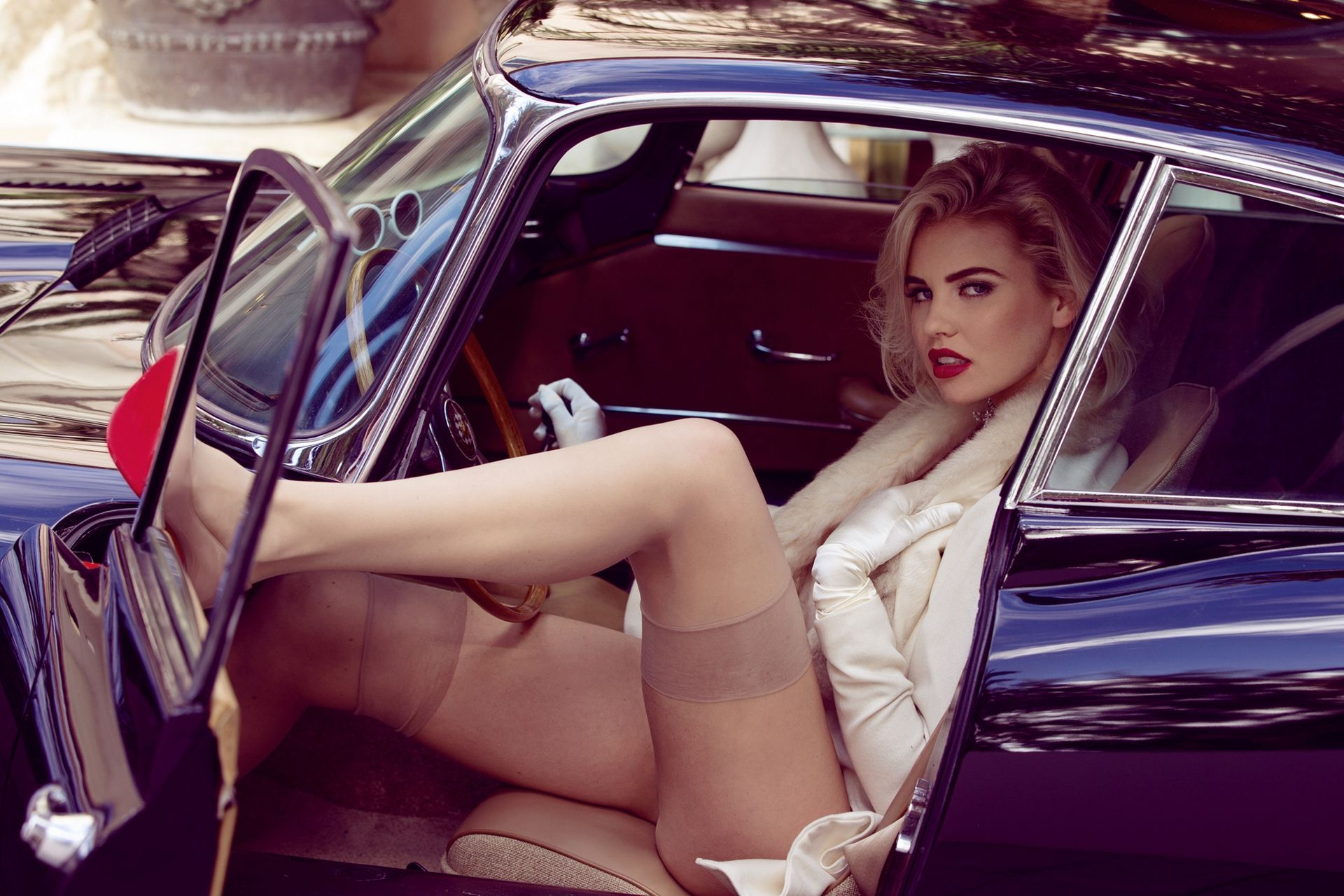 sexy-female-legs-in-classic-cars-nakes-dreadlock-girls