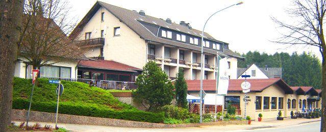 """Hotel - Restaurant """"Zur Linde""""  Unser Hotel ist ein beliebtes Urlaubs- und Tagungslokal zwischen dem Teutoburger Wald und dem Weserbergland. Direkt am Rande des Naturschutzgebietes """"Norderteich"""" gelegen."""