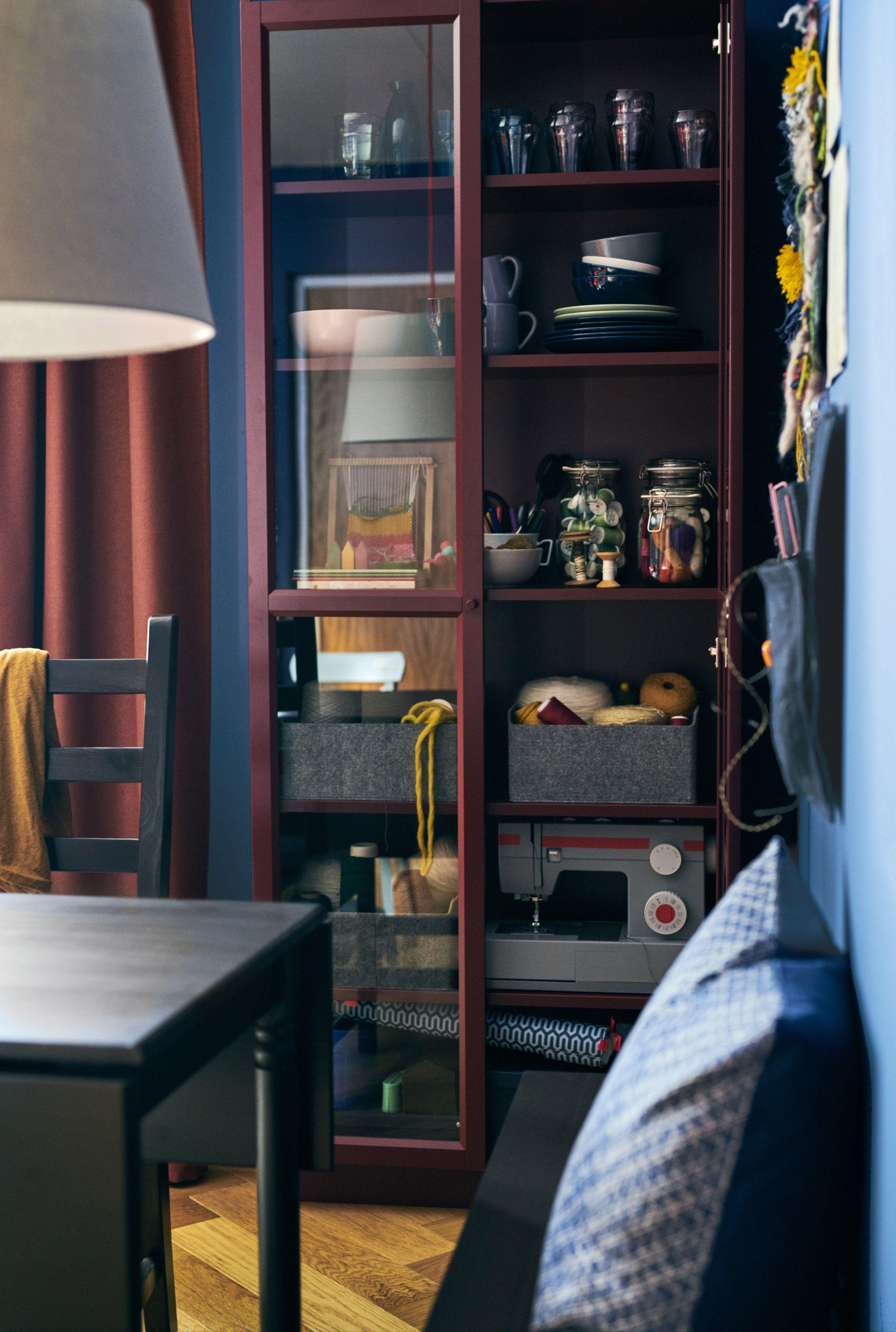 Billy Boekenkast Met Glazen Deur Donkerrood Ikea