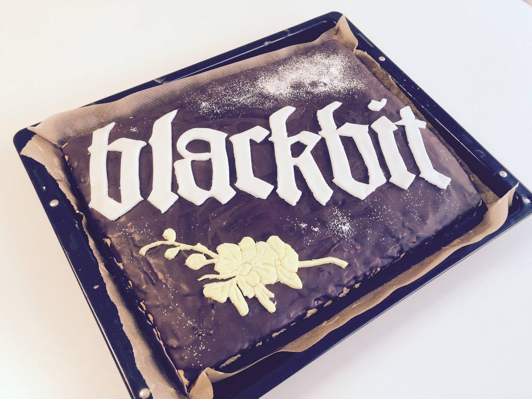 Unsere Praktikantin Pauline hat uns mit diesem Meisterwerk überrascht! :-O #Kuchen #Blackbit