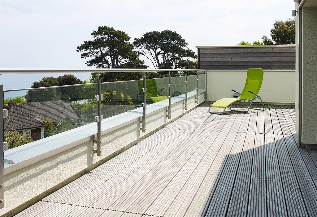 Dachterrasse Mit Holzboden Und Glasgelander Architektur Detail