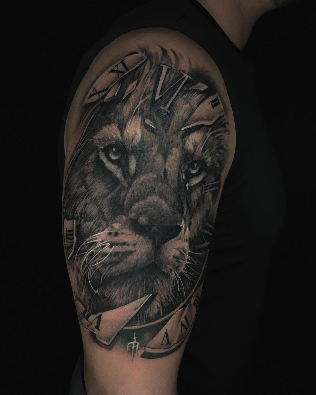 Otro leon hecho en @artoriastattoo . . Citas disponibles 3312833824 . . #blackandgrey #blackandgreytattoo #blackandgreytattoos #black #blacktattoos #blacktattoo #realistictattoo #realistic #lion #liontattoo #liontattoos #ink #inked #tattoo #tattoos #inked