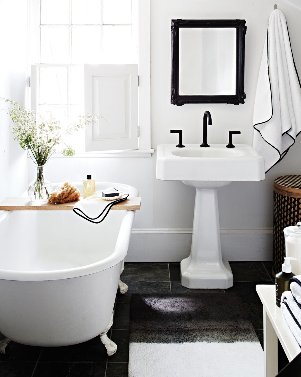 Flat Paint Bathroom: The Art Of Decorating With Black And White