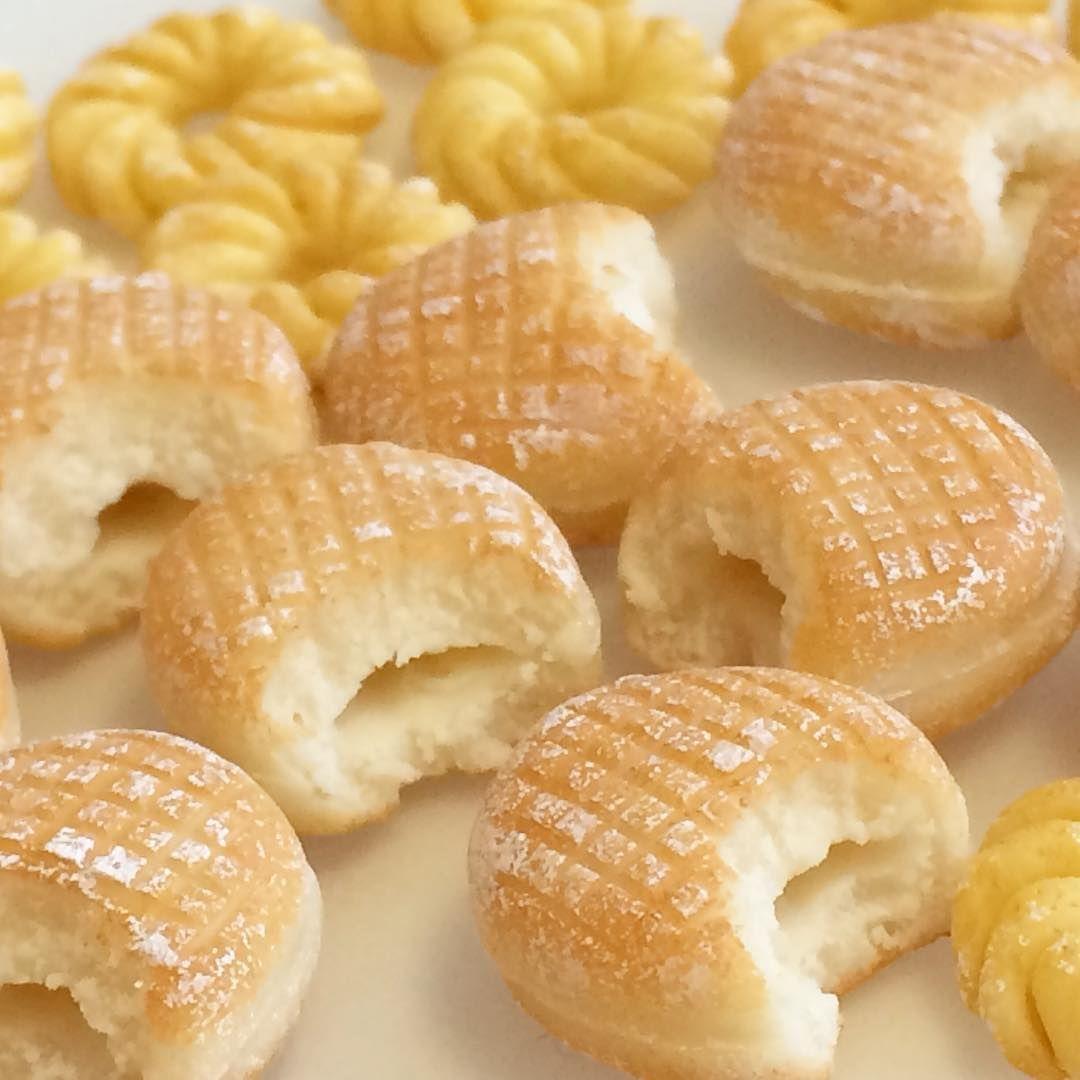 doughnut  miniature food made from clay . ---------- .  ドーナツ揚げました ここから生クリームを詰めるよ! . . . . . . . . . #miniaturefood #miniaturesweets #minidoughnuts #clay #clayworks #polymerclay #yummy #handmade #handmadejewelry #miniaturefoodjewelry #doughnut #fakefood #dollhouse #ハンドメイド #ミニチュアフード #ミニチュア雑貨 #ドールハウス #手作りドーナツ #樹脂粘土 #ミニドーナツ#樹脂粘土アクセサリー #スイーツデコ #フェイクフード #食品サンプル #hikarinohana