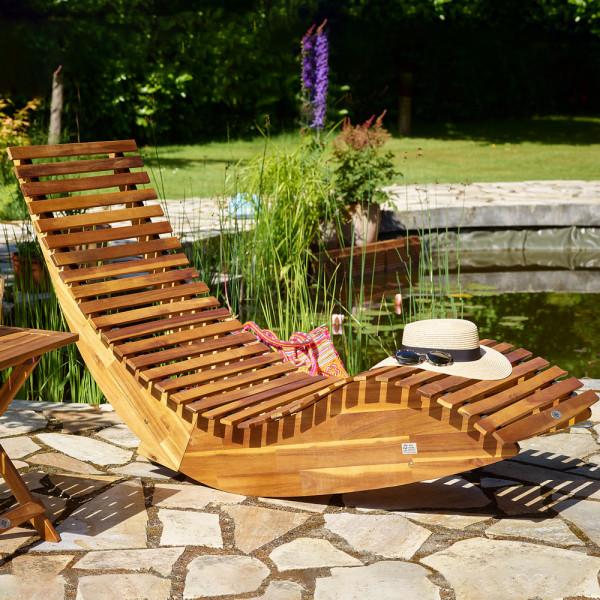 Diese Robuste Schwungliege Aus Akazienholz Zeichnet Sich Durch Ihre Ergonomische Form Und Einzigartigen Wippfunktion Aus Jet Holzliege Gartenliege Sonnenliege