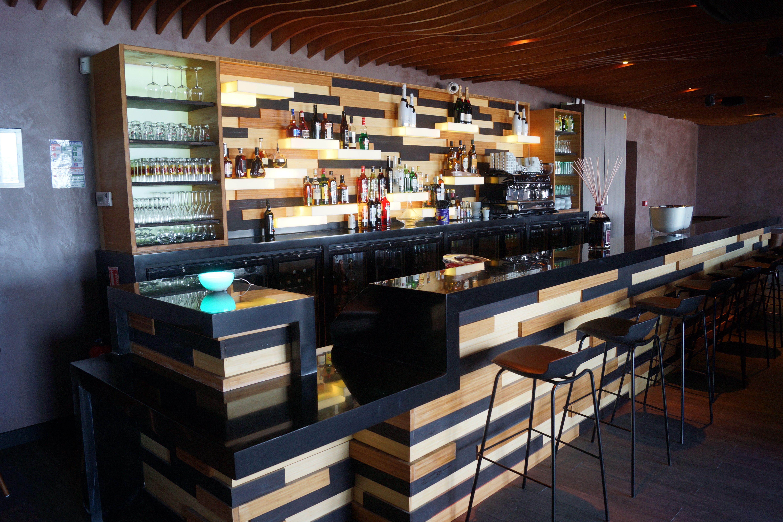 Bar du restaurant Le Gus. comptoir en Krion noir, soubassement en ...