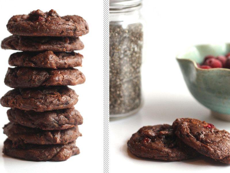Du willst dich auch in der Weihnachtszeit gesund ernähren, aber nicht aufs Genießen verzichten? Dann haben wir hier die perfekten gesunden Weihnachtsplätzchen für dich! Food-Bloggerin Alexis von Hummusapien hat dieses Rezept für Cranberry-Schoko-Chia Cookies kreiert, das mindestens genauso lecker wie gesund (und auch noch vegan) ist – ganz ohne Butter, Zucker, Eier und Mehl!