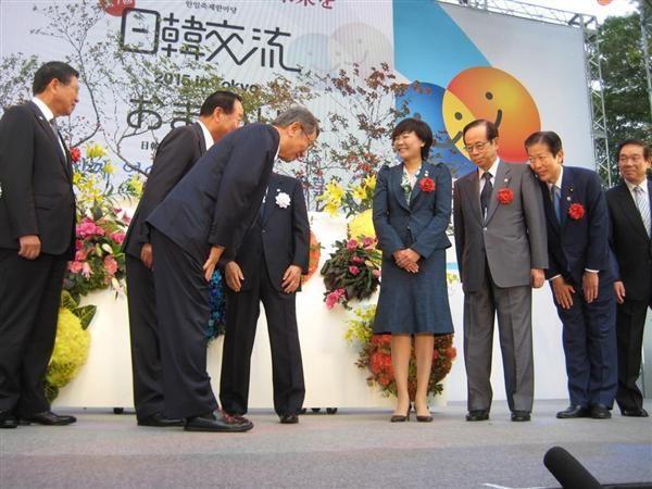 壇上で韓国側来賓らと笑顔であいさつを交わす安倍昭恵首相夫人(右から4人目)=26日、東京・日比谷公園(桜井紀雄撮影)