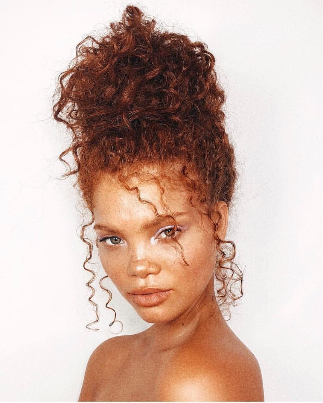 20 Penteados Realmente Encaracolados Mais Cativantes 3 Paes Baguncados Para Cabelos Cacheados Youtube In 2020 Messy Bun Curly Hair Red Curly Hair Curly Hair Updo
