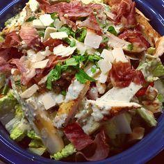 Hier Eine Leicht Abgewandelte Variante Vom Caesar Salad Mit Paprika Und Ultraknusprigem Hahnchen Aus Jamie Oliv Rezepte Caesar Salad Salat Rezepte Jamie Oliver
