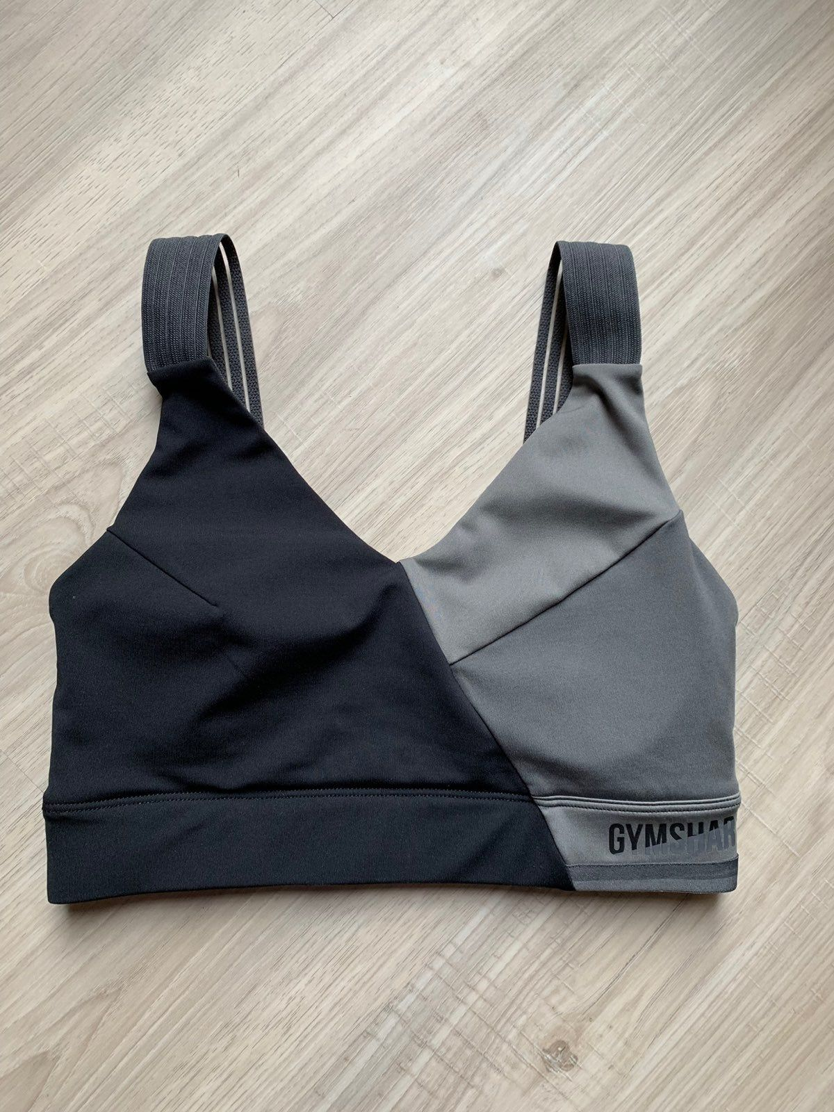 Size: XS Series: Colorblock (Winter 2019) Adjustable straps: No Removable padding  Only worn twice. This bra is just too small for