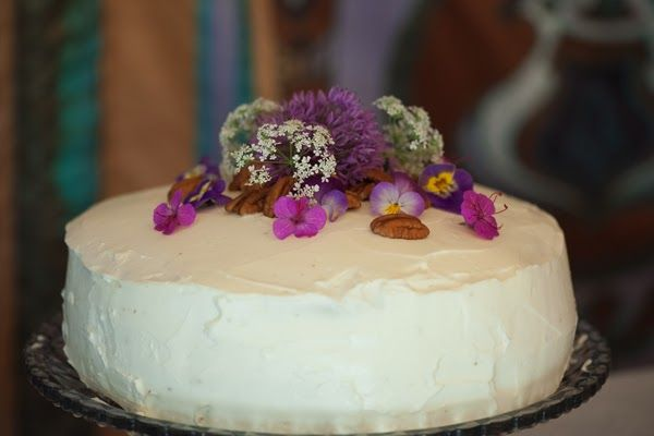 Our wedding | Carrot cake with nuts and edible flowers!