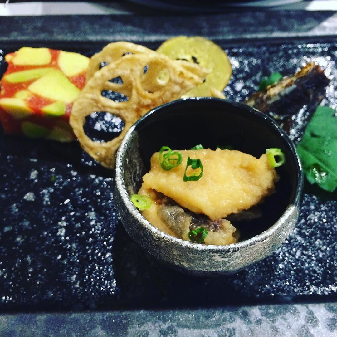 #kaiseki 요리: 그릇 안에 든 것은 생선 튀김과 덴다시. 아보카도로 맛을 낸 정체 불명과 연근 튀김 생선구이 그릇이 너무 이쁘다. by jini_the_animal
