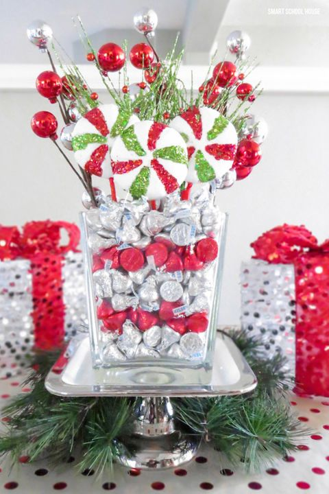 32 Festive Christmas Table Decorations To Brighten Up Your Feast Christmas Table Decorations Christmas Centerpieces Christmas Party Centerpieces