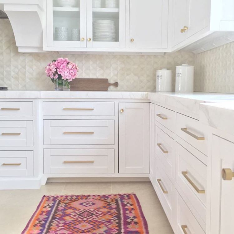 "Becki Owens on Instagram: ""This shot is still one of my favorites from the #cottonpointestates project! Head to the blog to see some Kilim inspired rug picks. All the details, a runner roundup + a 15% off promo code for @rugs_direct on Beckiowens.com!  collab with @nicoledavisinteriors"""