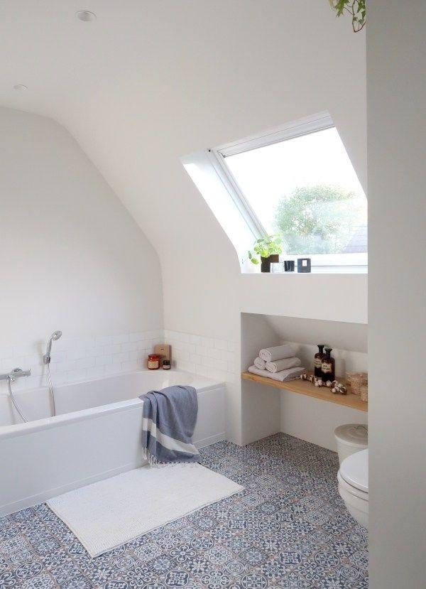 Badkamer makeover met blauwe vintage tegels - bathroom inspiration ...