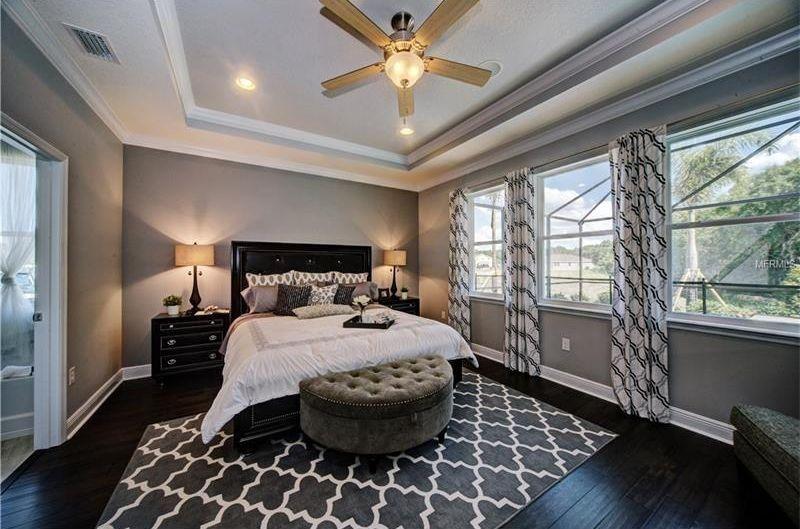 Lüfter Schlafzimmer ~ Dieses schlafzimmer sieht grand und maskulin mit tablett decke