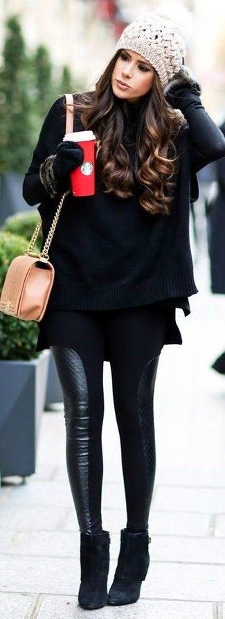 Photo of schwarzer Strick Poncho, schwarzer Rollkragenpullover, schwarze Lederleggings, schwarze Wildleder Stiefeletten für Damen