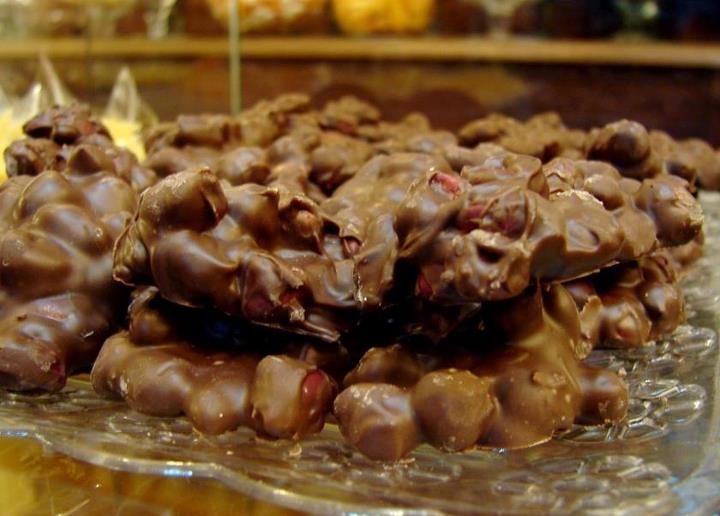 Pé de Moleque com cobertura chocolate.