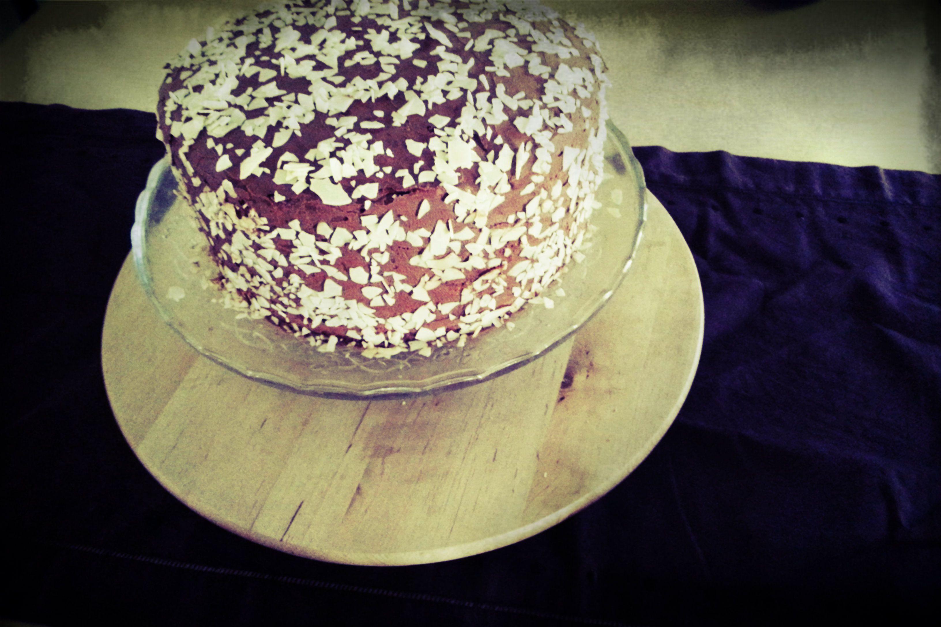 Pastel de chocolate relleno de garnache de chocolate blanco. Exquisito!