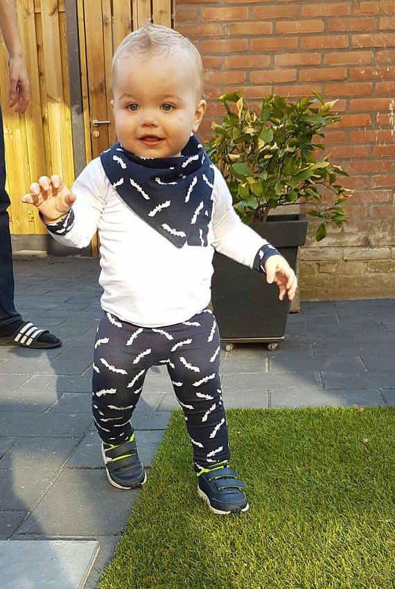 Leuke baby jongens baggy broekje  met bijpassend slab