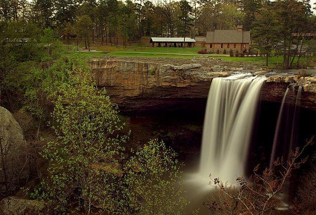 Nachádza sa v Gadsden, na západnom konci roka Lookout Mountain, je Noccalula Falls - A 90 stôp vodopád, ktorý len tak náhodou byť jedným z najnavštevovanejších prírodných atrakcií v Alabame. Noccalula Falls je označený s bronzovou sochou Cherokee dievčaťa, ktorá sa podľa miestnych legiend, skočilo do jej smrti po tom, čo ju jej otec objednal si vziať muža, ktorého nebola zamilovaná. 8. Chewacla Falls