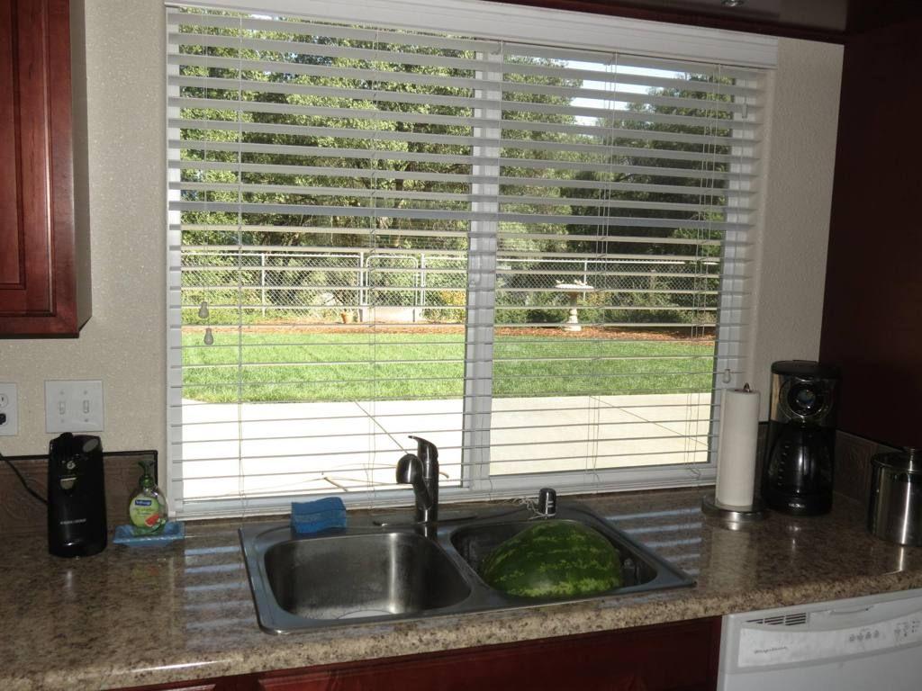 Niedlich Küche Und Esszimmer Durch Das Fenster Passieren Fotos ...