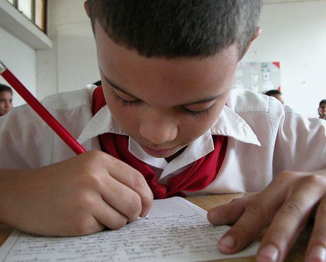 Niño concentrado trabajando en su pupitre