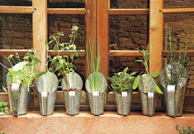 Além de funcional, a idéia de cultivar ervas e temperos em pás para cereal é muito criativa. A dica é fazer um furo no fundo para drenar a água e não encharcar demais as espécies. E escolher um local que receba quatro horas diárias de sol