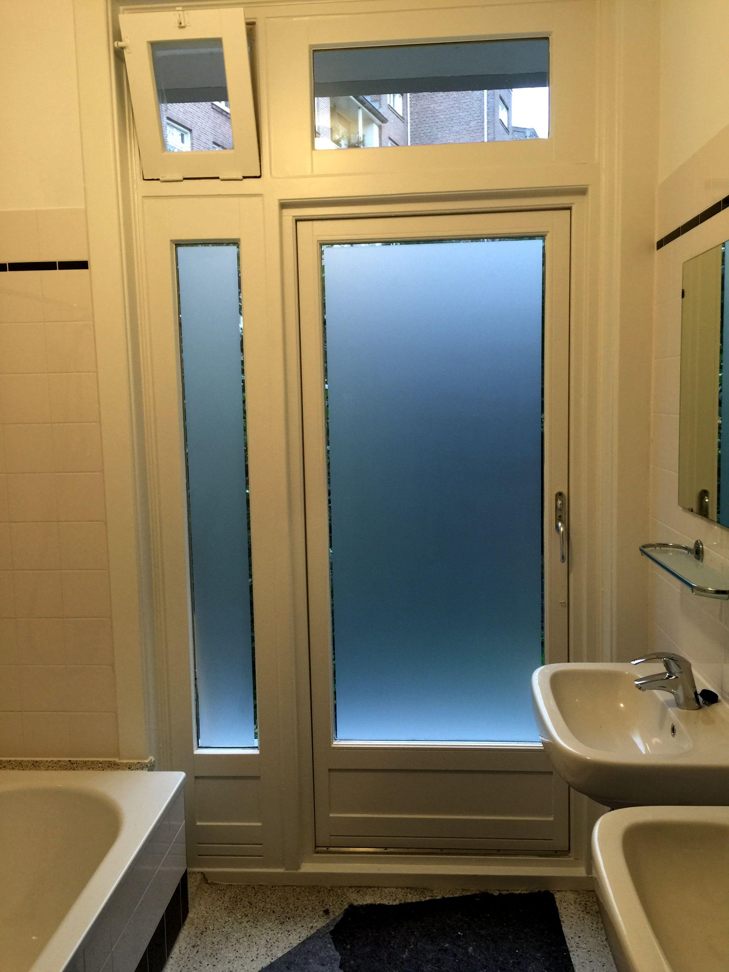 Badkamer in Amsterdam voorzien van raamfolie lichtdoorlatend en toch ...