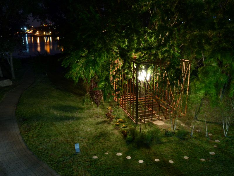 Last year's winner was 'tree wood' by Toshihiro Oki, Jen Wood and Jared Diganci – a structure intersecting the trees and holding a chandelier. Photo Credit: Nate Dorr