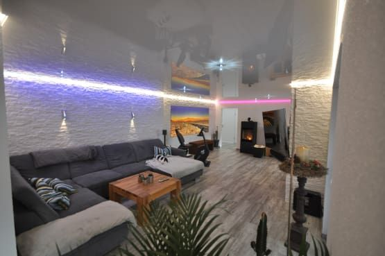 Wohnzimmer mit weißer Hochglanz Spanndecke und LED Band in der ...