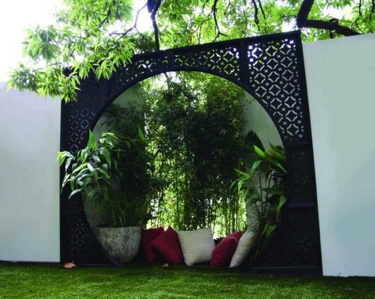 Betonmauer und metal zaun mit bequemer leseecke outdoor for Eisenkugel deko
