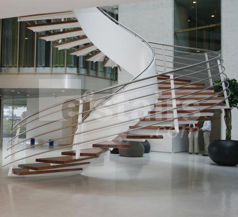 Una scala a chiocciola sospesa con gradini in legno un un for Sala di piani quadrati a chiocciola