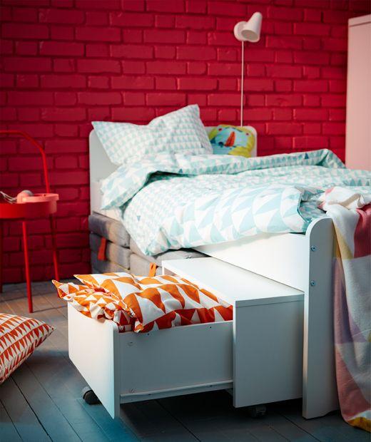 """Le lit blanc IKEA SL""""KT et son module de rangement sont une solution"""