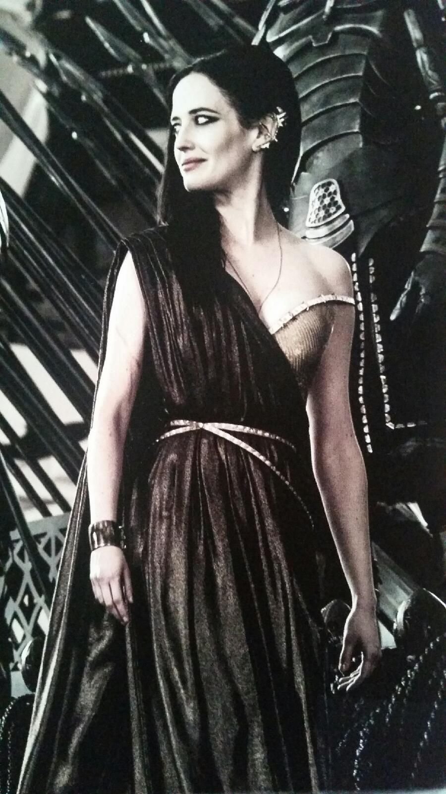 38b1d7c4a Artemesia s gold dress in 300  Rise of an Empire