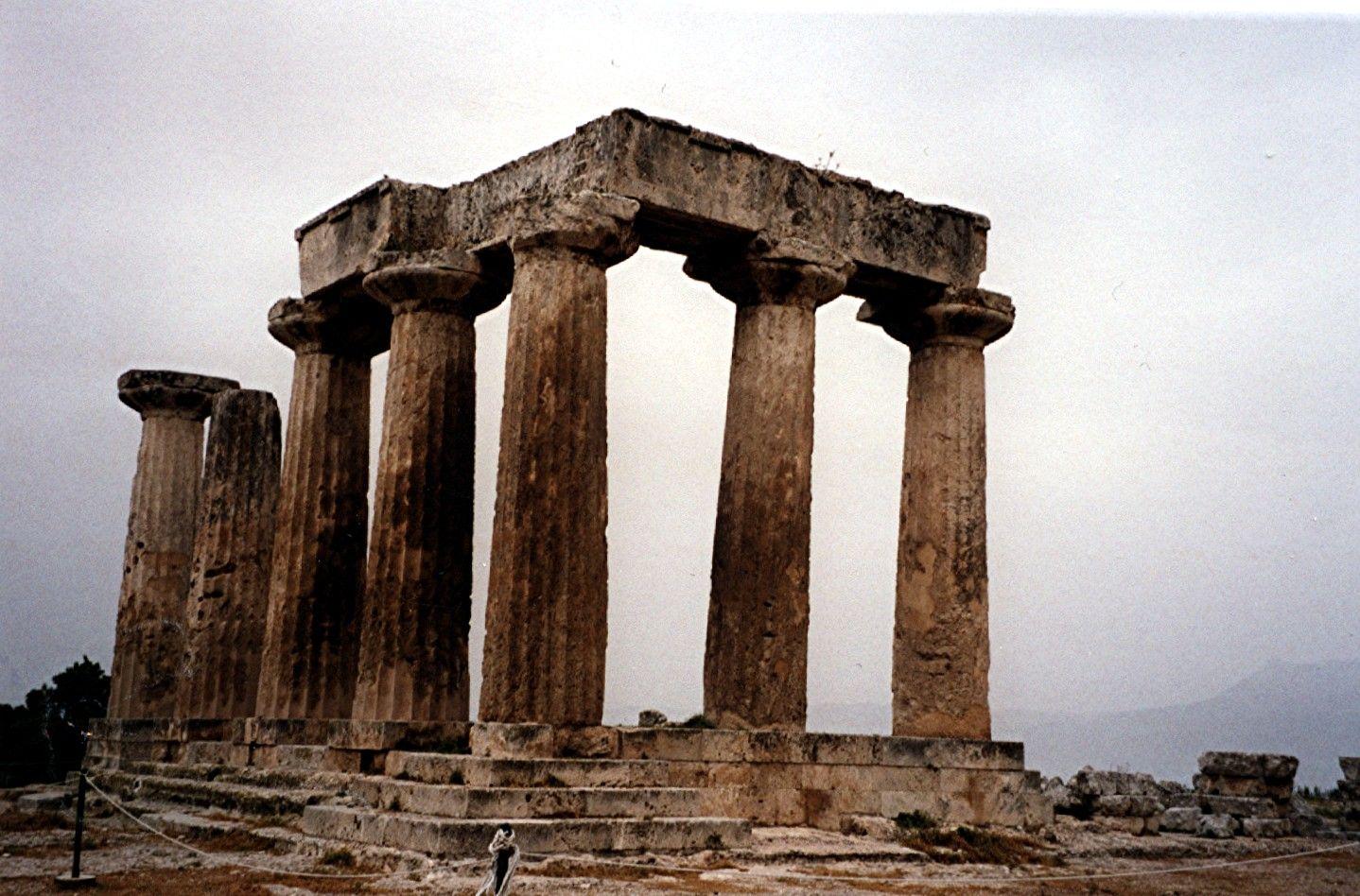 Templo de Apolo, en Corinto. Erigido en torno al 540 a.C. De orden dórico. Hasta este momento aun no se había superado el problema estético del efecto algo pesado que generaban las robustas columnas dóricas. Sin embargo, se constata por primera vez una de las llamadas correcciones ópticas, que posteriormente serían típicas del orden.
