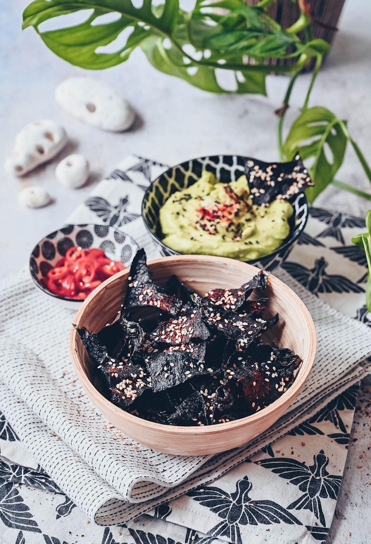 Rezept für Nori-Algen Chips mit Sesam & einem Avocado-Wasabi Dip