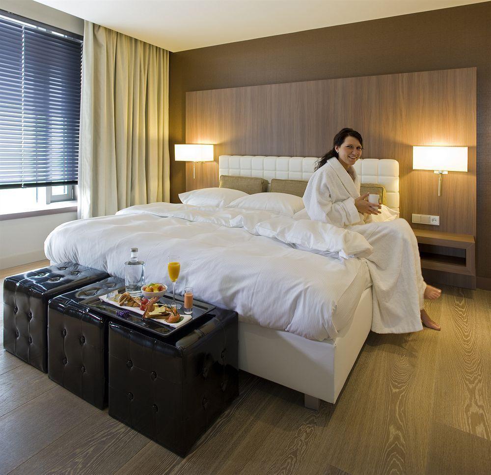 Eine Suite mit Whirlpool im Van Der Valk Airporthotel Düsseldorf.