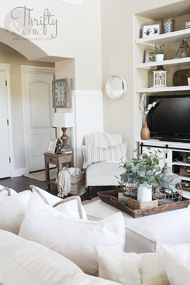 White and neutral farmhouse cottage living room decor and ...